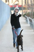 Энн Хэтэуэй, фото 5928. Anne Hathaway 'Walking her dog in Brooklyn', february 5, foto 5928