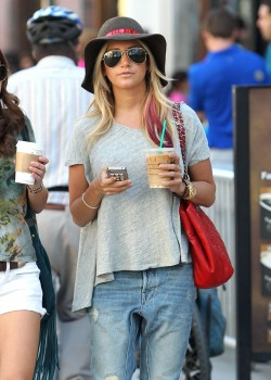 Эшли Тисдэйл, фото 7829. Ashley Tisdale goes out with some friends Santa Monica, march 3, foto 7829